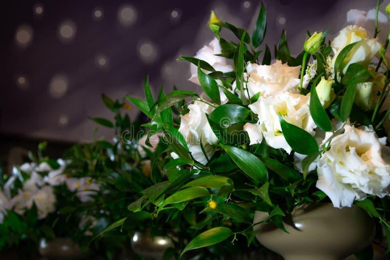 Luksusowy ślubny bukiet na błękitnym tle Elegancki skład róże Zakończenie widok wibrujący kwiaty obrazy stock