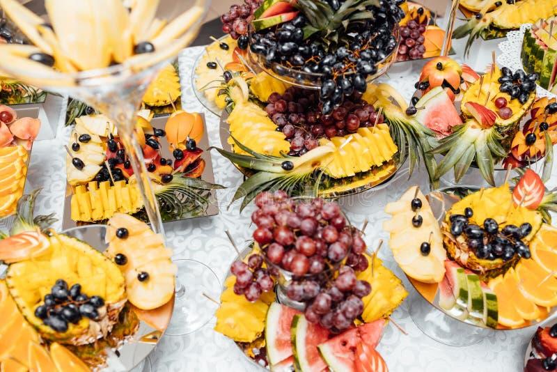 Luksusowy ślubny catering Wyśmienicie cukierku bar przy ślubnym recepti zdjęcie royalty free