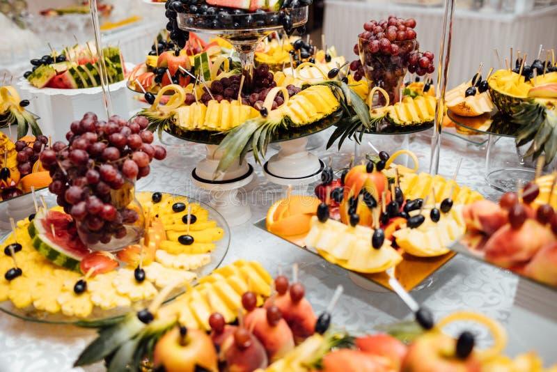 Luksusowy ślubny catering Wyśmienicie cukierku bar przy ślubnym recepti obrazy royalty free