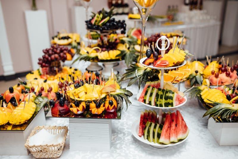 Luksusowy ślubny catering Wyśmienicie cukierku bar przy ślubnym recepti fotografia royalty free