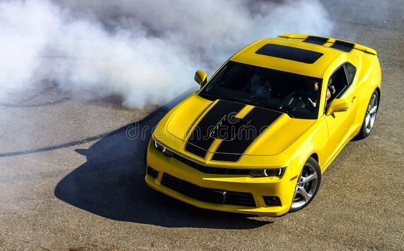 Luksusowy żółty sportowy samochód obrazy royalty free