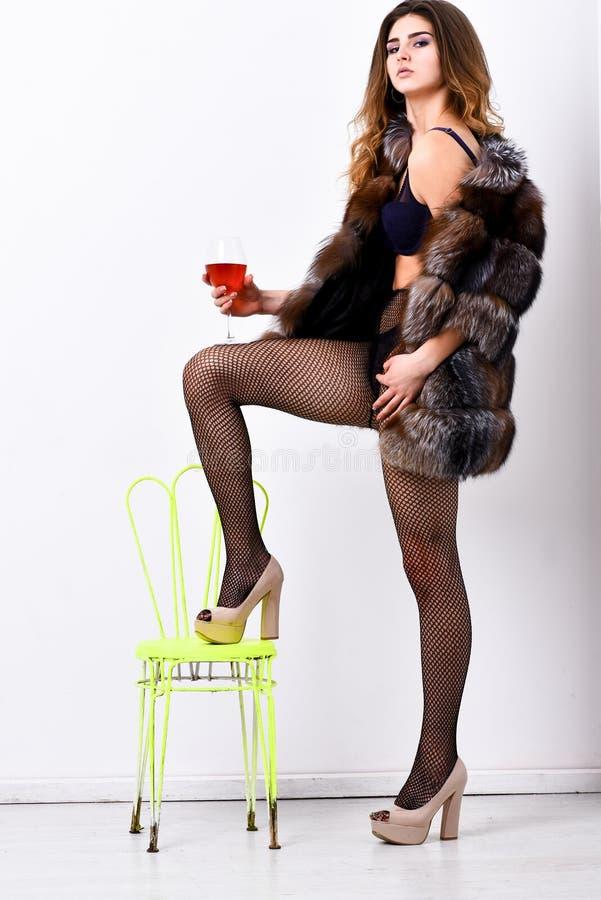 Luksusowy życia pojęcie Doskonalić kobiety luksusowy pojawienie Kobieta uwodzicielski model cieszy się wino odzieży luksusowego f obraz stock