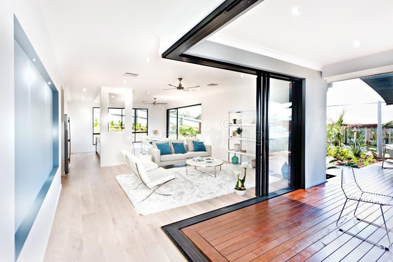 Luksusowy żywy pokój i drewniany korytarz obok patia zdjęcie royalty free
