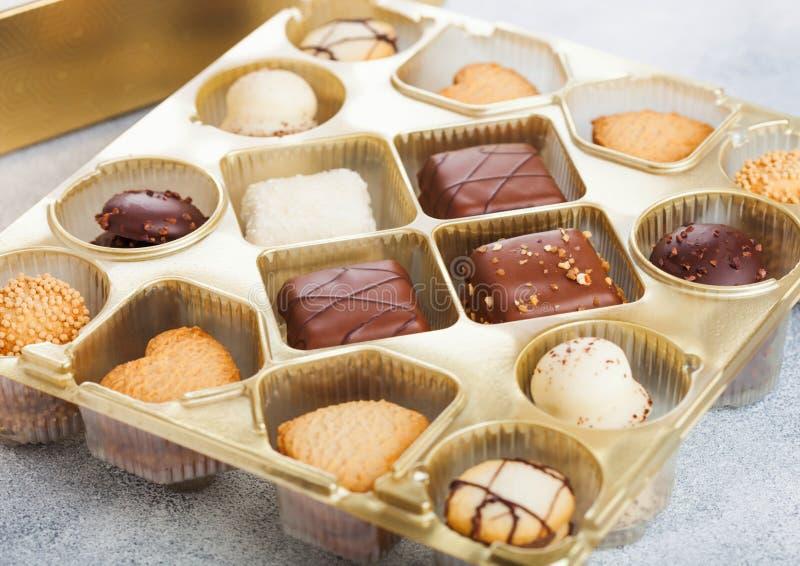 Luksusowy belgijski czekoladowy, biskwitowy ciastko wybór w i fotografia stock