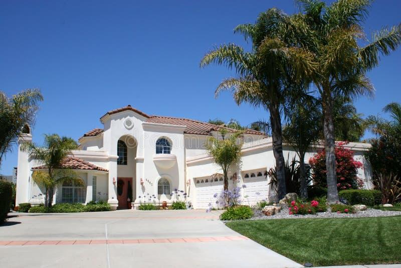 luksusowy biały dom zdjęcie royalty free