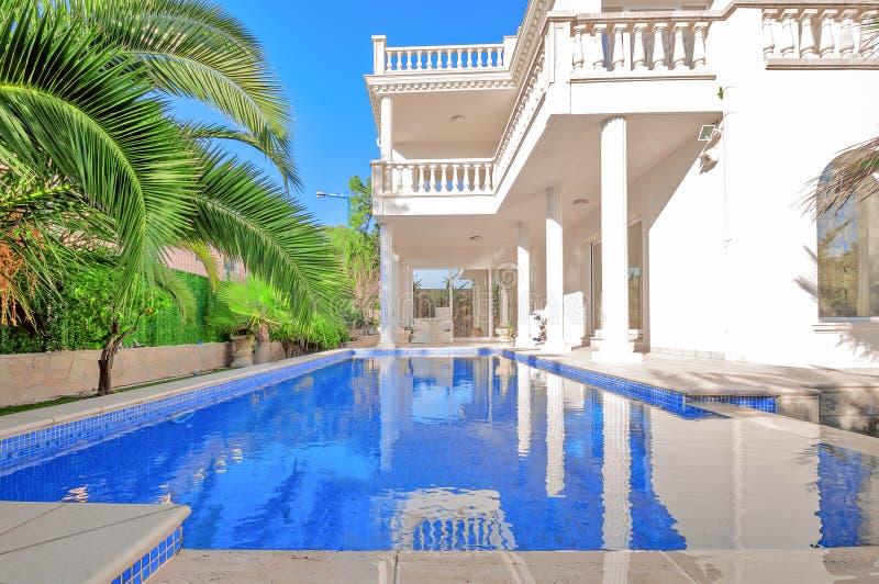 Luksusowy bielu dom z pływackim basenem Luksusowa willa w classica obraz stock