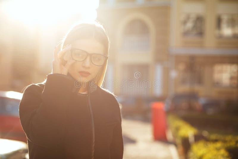 Luksusowy blondynka model jest ubranym szkła i odprowadzenie puszka pogodną ulicę Opróżnia przestrzeń obraz royalty free
