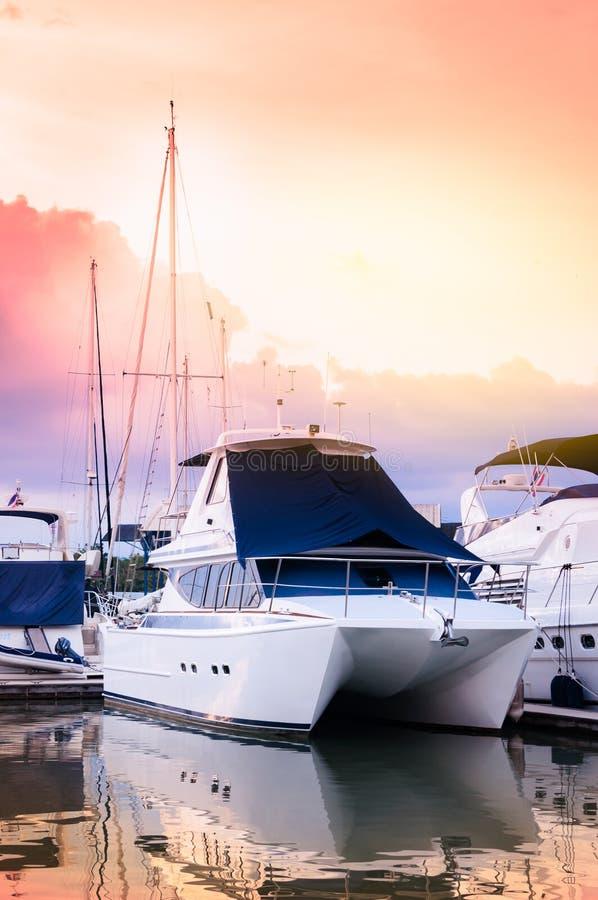 Luksusowy catamaran jachtu dok przy marina z innymi łodziami w th zdjęcia stock