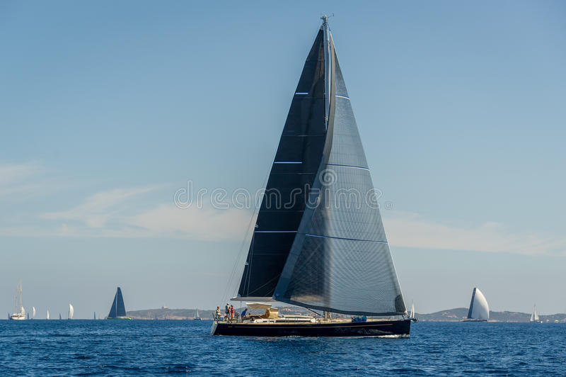 Luksusowy duży żeglowanie jacht z czarnymi żaglami fotografia royalty free