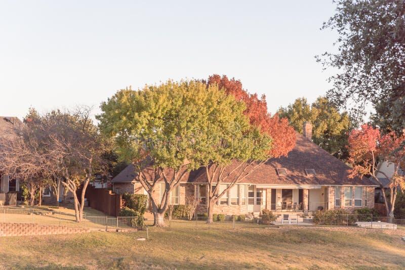 Luksusowy dworu dom blisko pola golfowego w przedmieściach Dallas, Teksas zdjęcie royalty free