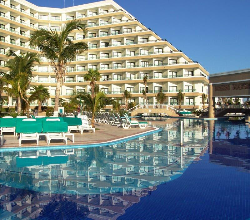 luksusowy hotel basen kurortu opływa zdjęcia royalty free