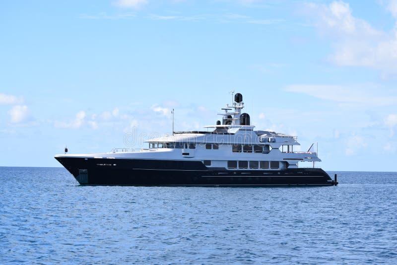 Luksusowy jacht w błękitnym i białym na oceanie obraz stock