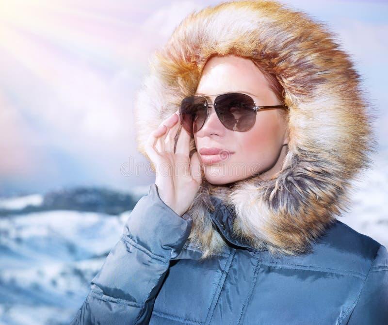 Luksusowy kobieta portret w zimie zdjęcie stock