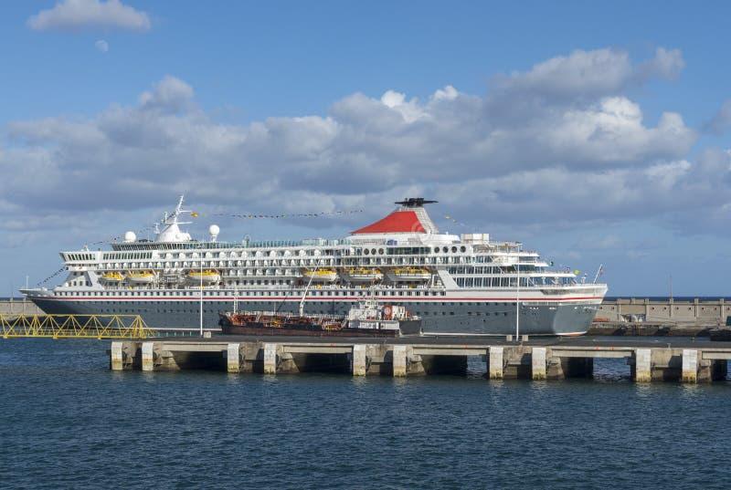Luksusowy krążownik w schronieniu z niebieskim niebem z niektóre chmurnieje w bac obrazy royalty free