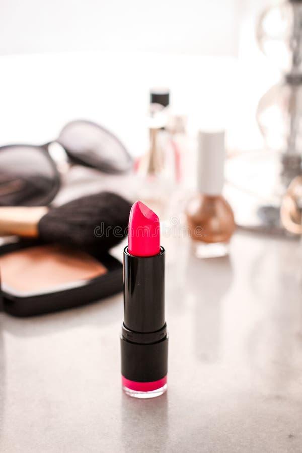 Luksusowy makijaż i kosmetyki na bezcelowość stole fotografia stock