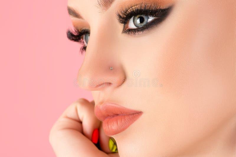 Luksusowy makijaż twarzy młoda kobieta zbliżenie na różowy obrazy royalty free