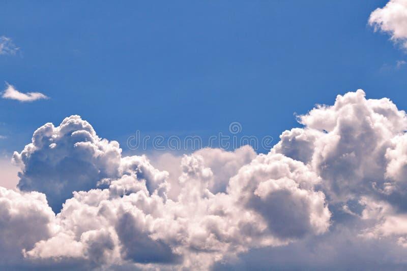 Luksusowy masywny biel chmurnieje przeciw jasnemu niebieskiemu niebu obraz stock