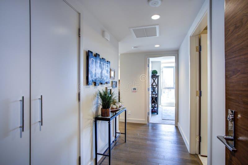 Luksusowy mieszkania wnętrze pokazuje białego foyer fotografia stock