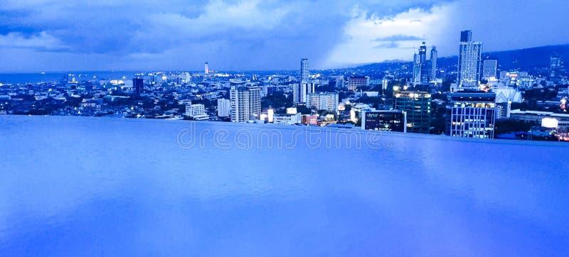 Luksusowy nieskończoność basen przegapia Cebu miasto, Filipiny obrazy royalty free
