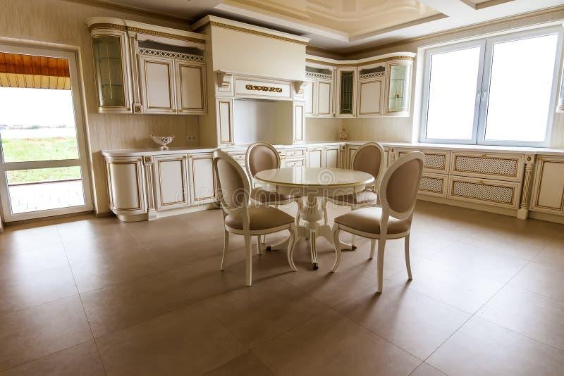 Luksusowy nowożytny dostosowywający kuchenny wnętrze Kuchnia w luksusu domu wi fotografia royalty free