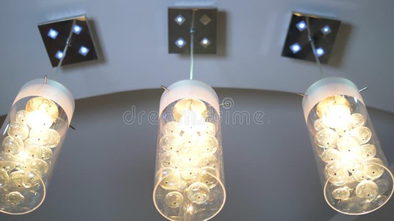 Luksusowy nowożytny krystaliczny świecznik na pozioma suficie royalty ilustracja