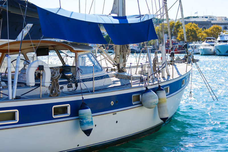 Luksusowy nowy pływa statkiem żaglówka łęku widok od portowej strony zdjęcie royalty free