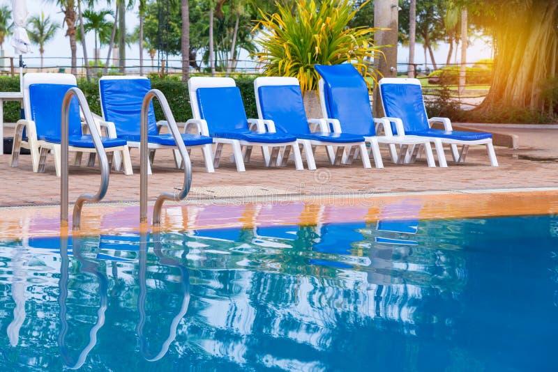 Luksusowy pływacki basen z białymi deckchairs obraz stock