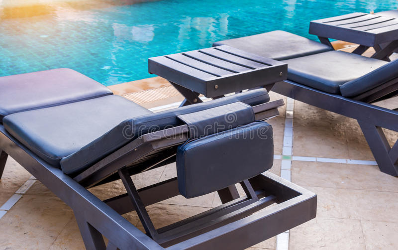 Luksusowy pływacki basen z białymi deckchairs zdjęcia royalty free