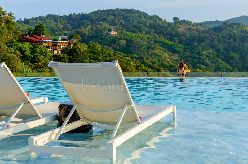 Luksusowy pływacki basen z sunbeds w wodzie przy kurortem z był zdjęcie royalty free