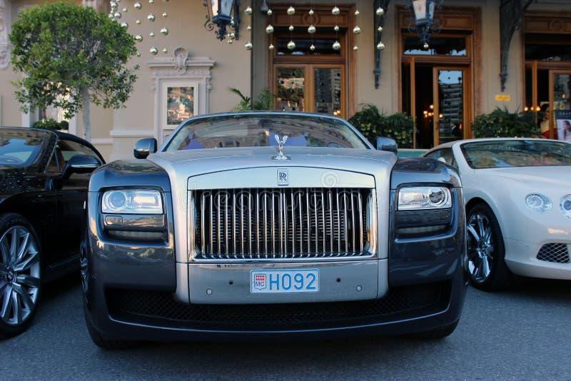 Luksusowy Rolls Royce fantom Parkujący przed monte, Carlo - zdjęcie stock