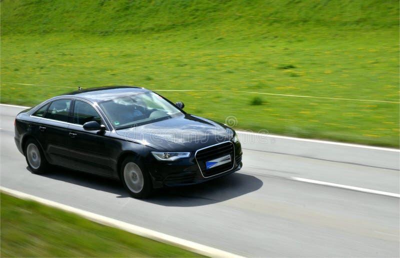 Luksusowy samochód na drodze obraz stock