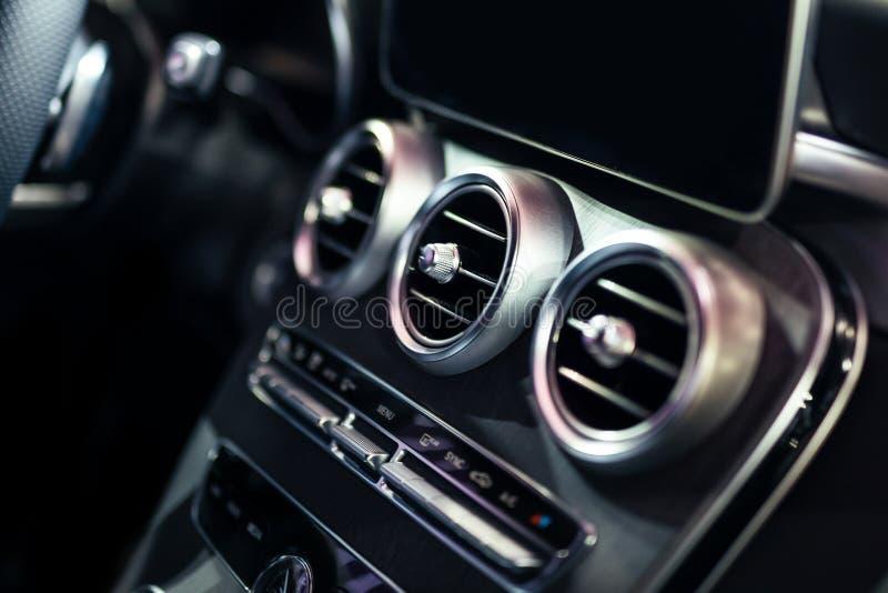 Luksusowy Samochodowy wnętrza AC wentylacji I kontroli pokład zdjęcia stock