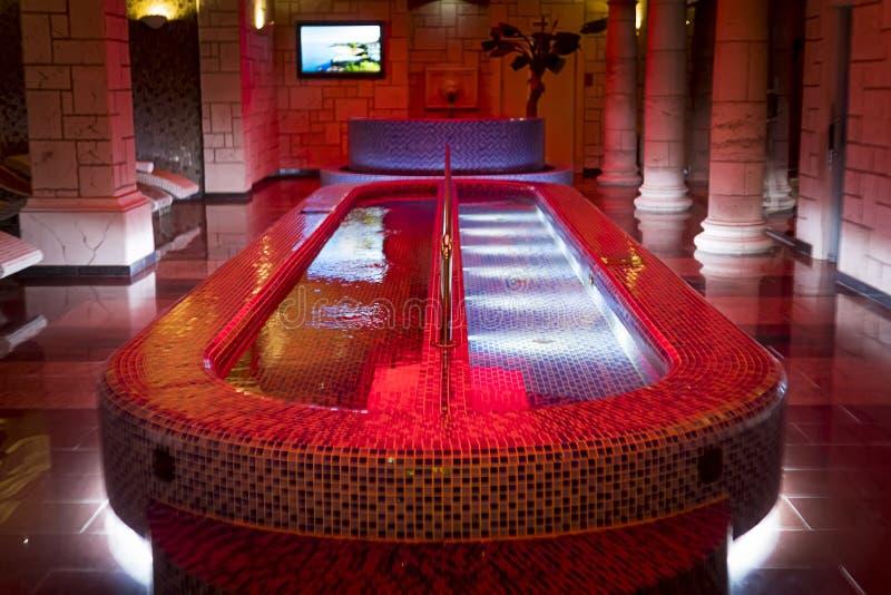 Luksusowy skoku do wody basen w centre szpaltowy projekta zdrój Wypełniający zdroju basen w nasłupnej sali filigranowy sauna Salo obrazy stock