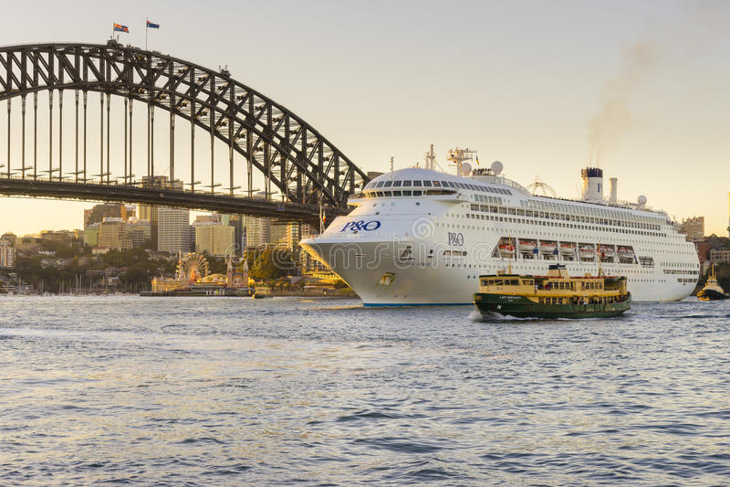 Luksusowy statek wycieczkowy blisko Sydney schronienia mosta przy zmierzchem obrazy stock