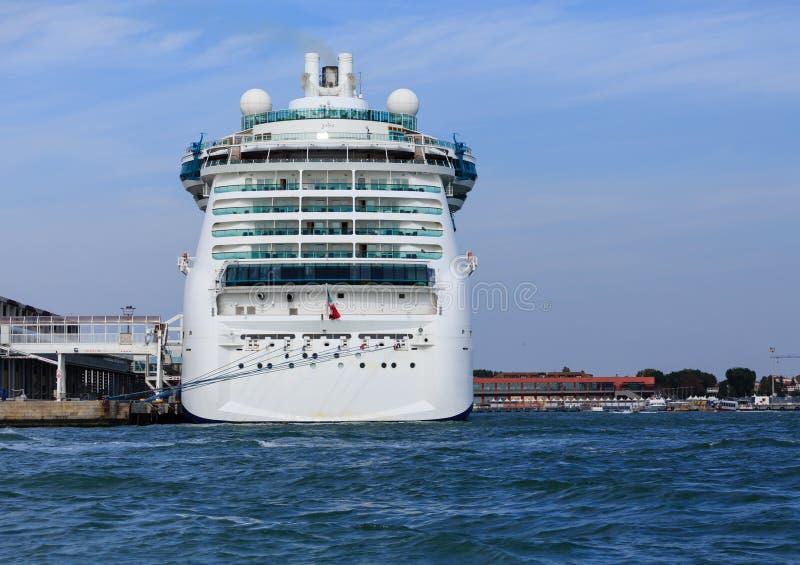 Luksusowy statek wycieczkowy w Wenecja schronieniu obrazy royalty free