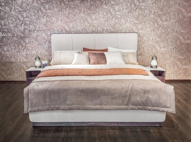 Luksusowy szary beżowy nowożytny łóżkowy meble z wzorzystym łóżkiem z rzemiennym tapicerowania headboard Miękki altembasowy tkani royalty ilustracja