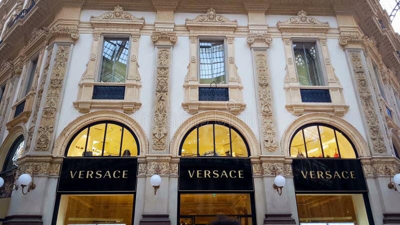 Luksusowy Versace mody butik w Włoskim Galleria Vittorio Emanuele, robi zakupy zdjęcia stock