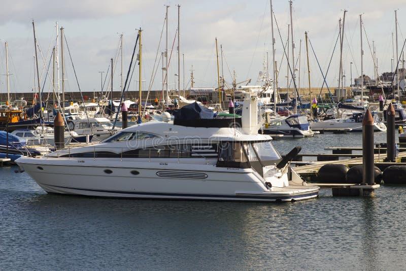 Luksusowy władza krążownik cumujący w nowożytnym marina przy Bangor okręgu administracyjnego puszkiem Północnym - Ireland na jask obraz stock