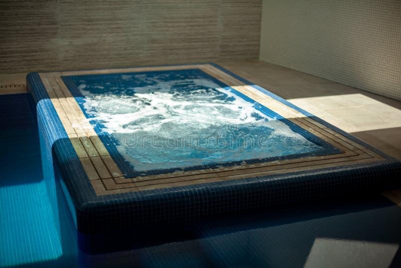 Luksusowy willa basen z zdrojem i ścianami z cegieł fotografia stock