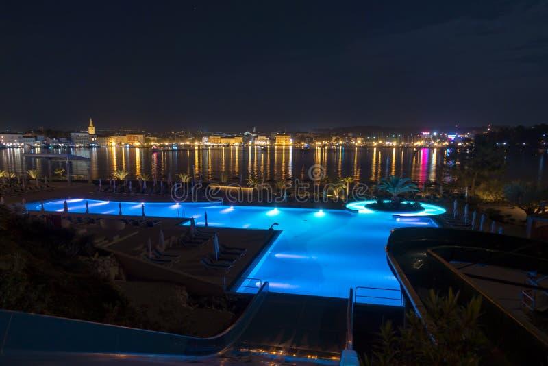 Luksusowy wyspa kurort z basenem w Porec, Chorwacja przy nocą obrazy royalty free