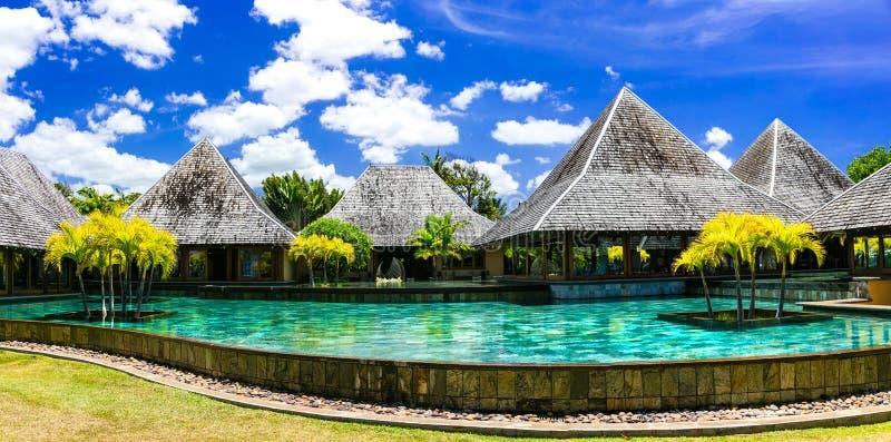 Luksusowy zdroju terytorium w Mauritius wyspie z bungalowami i pływaniem obraz stock