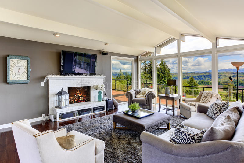 Luksusu domowy wnętrze Żywy pokój z pięknym widokiem fotografia stock