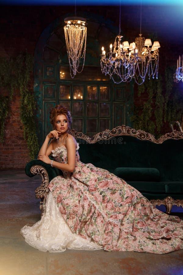 Luksusu model w rocznika stylu Piękna kobieta z oszałamiająco makijażem w rokokowej sukni i fryzurą Dziewczyna przy maskaradą zdjęcie stock