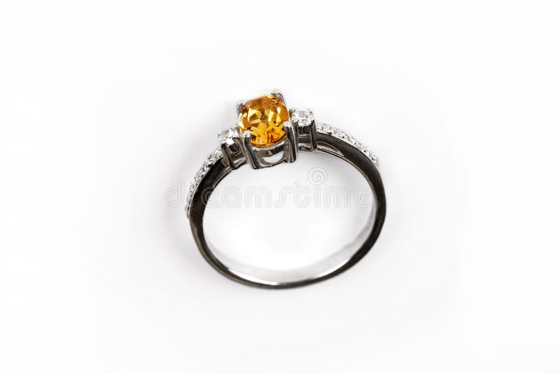 Luksusu pierścionek z żółtym klejnotem odizolowywającym na białym tle obrazy royalty free