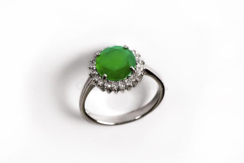 Luksusu pierścionek z zielonym klejnotem odizolowywającym na białym tle fotografia stock