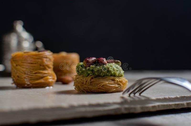 Lukum - dolci tradizionali della baklava con caffè turco fotografie stock