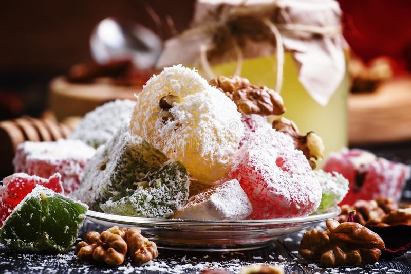 Lukum Rahat, ασιατικά γλυκά με το μέλι, καρύδια και καρύδα, σκοτεινά στοκ φωτογραφία με δικαίωμα ελεύθερης χρήσης