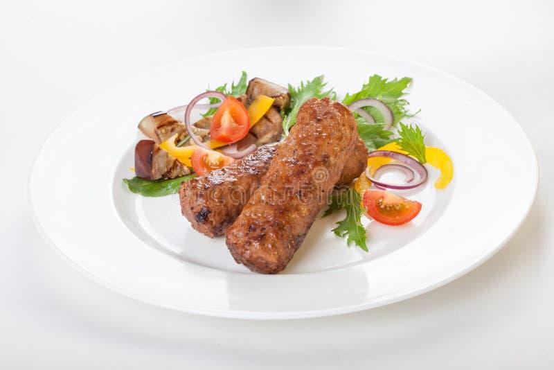 Lula kebab z warzywa świeżym białym tłem odizolowywał Pięknego zdjęcia royalty free