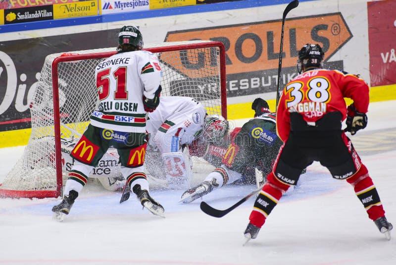 Lulea, Suécia - 18 de março de 2015 Karl Fabricius (hóquei de #52 Lulea) desliza com velocidade máxima na goleiros dos oponentes  fotografia de stock royalty free