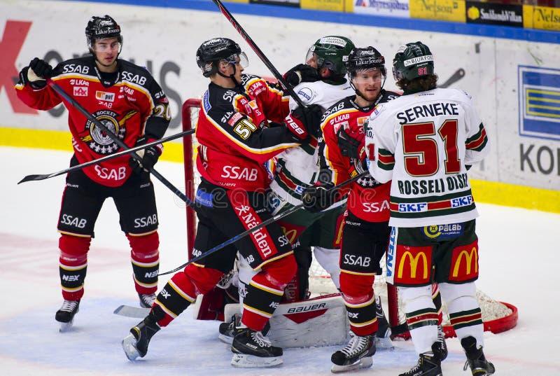 Lulea Szwecja, Marzec, - 18, 2015 Kristian Nakyva bój z Joel Lundqvist podczas (-51 Lulea hokej) (-20 Frolunda indianie) zdjęcia stock